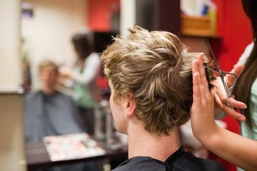 Haarfarbe um kahle Stellen zu verdecken