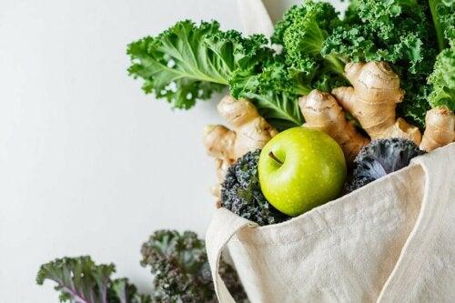 Smoothie mit Gurke - Einkaufstasche mit Gemüse
