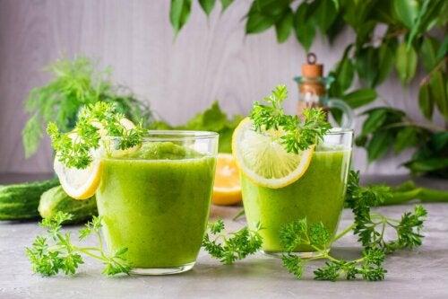 grüner Smoothie mit Apfel - 2 Gläser