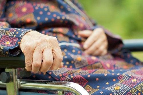Alte Frau mit Parkinson