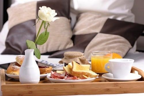 Frühstück-Bett