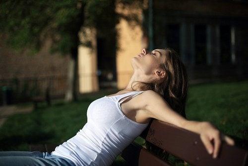 Frau, die sich entspannt mit geschlossenen Augen