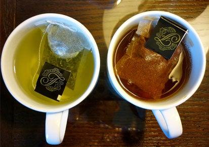 Gruener Tee und schwarzer Tee