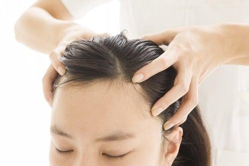 Haare mit Babypuder behandeln