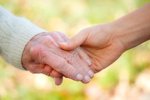 Erwachsene geben sich die Hand