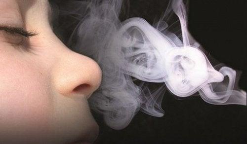 Rauch und trockenes Auge
