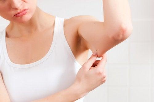 Eine natürliche Creme mit Hyaluronsäure gegen schlaffe Haut