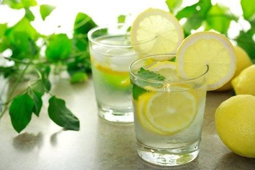 Zitronenwasser zum Entgiften der Leber