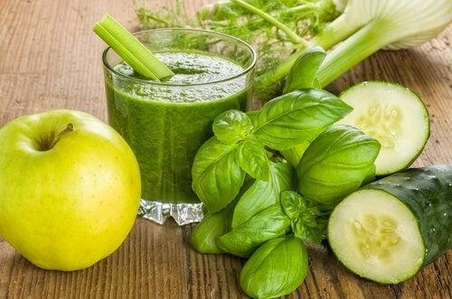 Grüner Smoothie mit Apfel, Gurke und Ingwer zum Abnehmen
