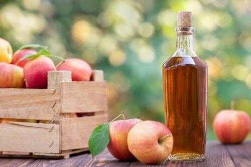 Gesichtsreinigung mit Apfelessig - Flasche und Äpfel