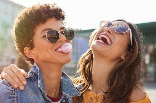 Licht - zwei lachende Freundinnen
