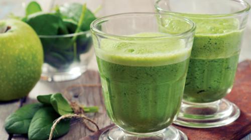 Grüner Smoothie mit Spinat, Karotte, Dill und Apfel