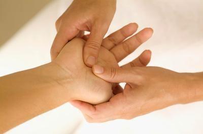 Druckpunkte-bei-Kopfschmerzen