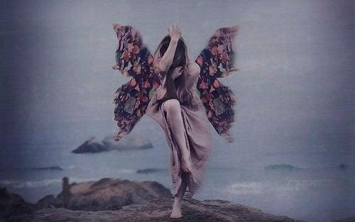 Frau mit Flügeln über dem Abgrund