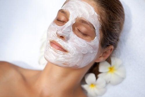 Gesichtsmaske mit Knoblauch