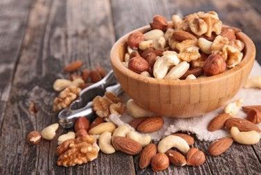 Schlaffördernde Nahrungsmittel: Nüsse für mehr Melatonin