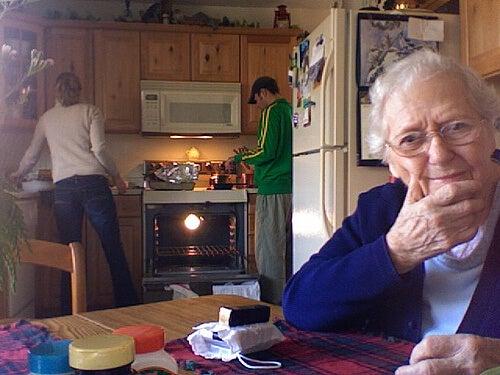 Oma, Eltern und Enkel Generationen unter einem Dach
