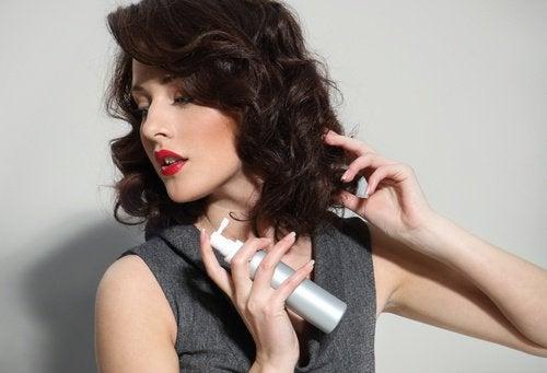 Frau verwendet pflegende Öle für die Haare