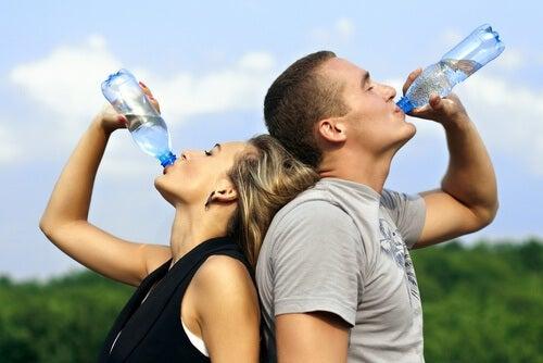 Beim Sport Wasser trinken
