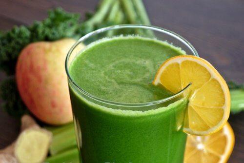 Grüner Smoothie mit Spinat, Zitrone und Apfel