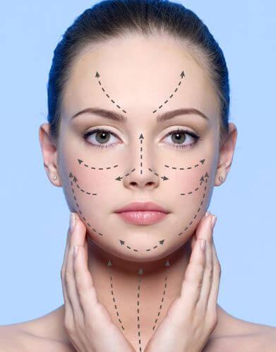 Auftragen von Gesichtscremen gegen Falten