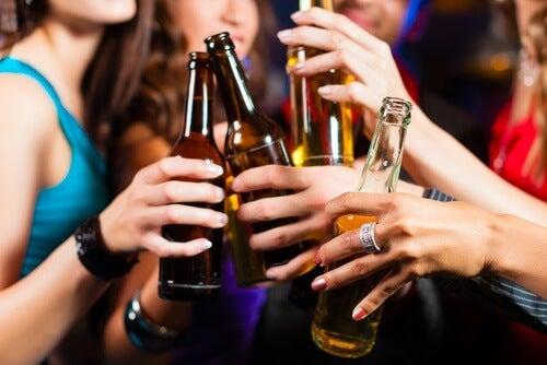 am Abend schlechte Lebensmittel: Alkohol