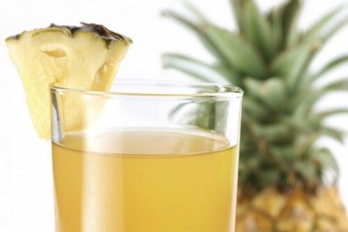 Ananaswasser auf nüchternen Magen, um Gewicht zu verlieren