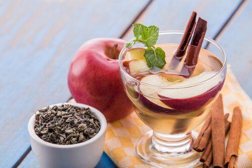 Getränk mit Apfelschale