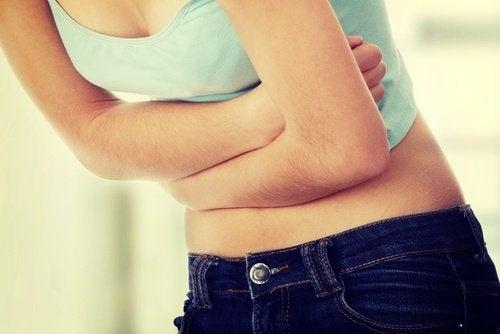 Frau hat Probleme mit dem Darm