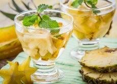 Frisch zubereitetes Ananaswasser in Gläsern serviert