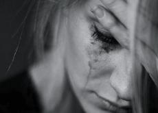 Beitragsbild_Detail des Gesichts einer Frau mit tränenverschmierter Wimperntusche