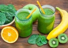 Detox-Säfte und Früchte zum Entgiften
