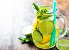 Krug mit Gurken-Zitronen-Orangen-Wasser
