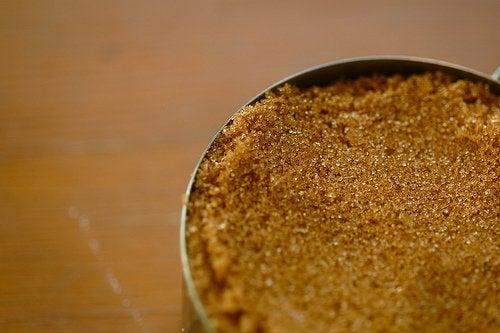 Brauner Zucker und Kokosöl als Peeling