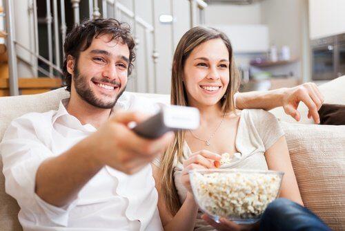 glückliche Paare sehen gemeinsam fern