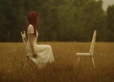 Frau-betrachtet-leeren-Stuhl