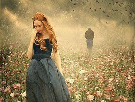 Frau entfernt sich in Einsamkeit von ihrem Partner