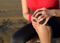 Frau mit Gelenkschmerzen im Knie