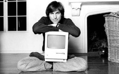 Junger Steve Jobs mit seiner Erfindung