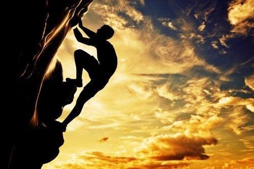 Person klettert Gipfel entgegen, er macht seinen Weg