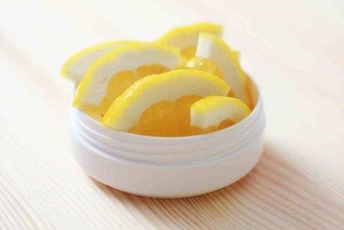 Zitronenscheiben zur Behandlung von Plantarwarzen