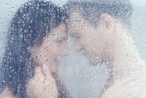 glückliche Paare duschen gemeinsam