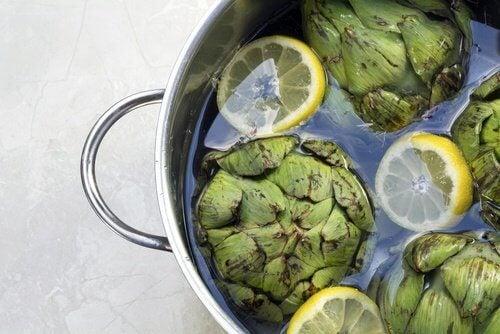 Artischocken in Wasser kochen
