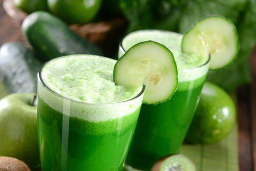 Grüne Säfte und Shakes zum Frühstück