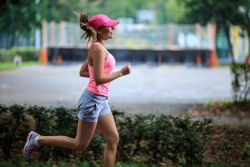 Frau beim Joggen mit sportlichem Körper