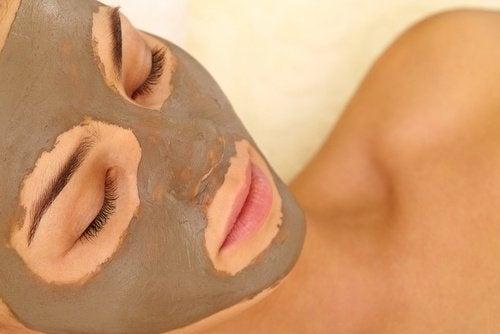 Gesichtsmasken mit Ton und Joghurt
