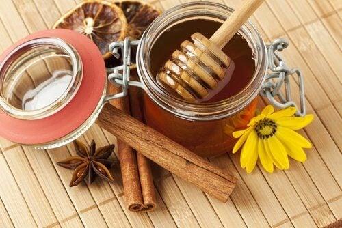 Gesichtsmaske mit Zimt und Honig gegen Pickel