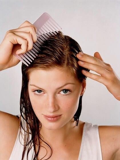 Haare von Kopfläusen befreien