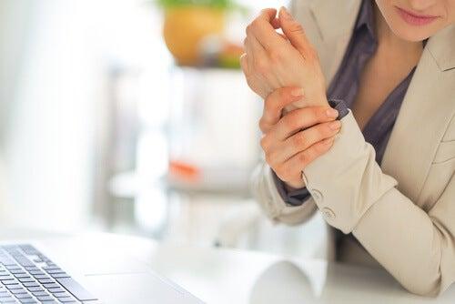 Frau mit schmerzenden Händen