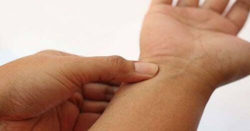 Was gegen schmerzende Hände und Handgelenke hilft